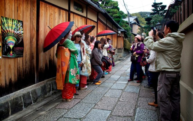 Tourists face fines for hassling Kyoto geisha